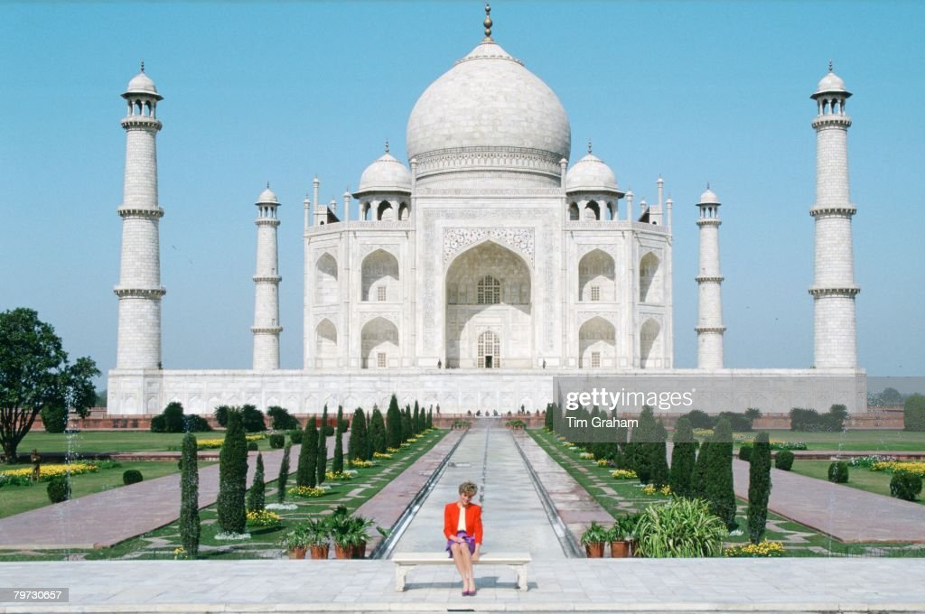 Diana Princess of Wales sits in front of the Taj Mahal durin : News Photo