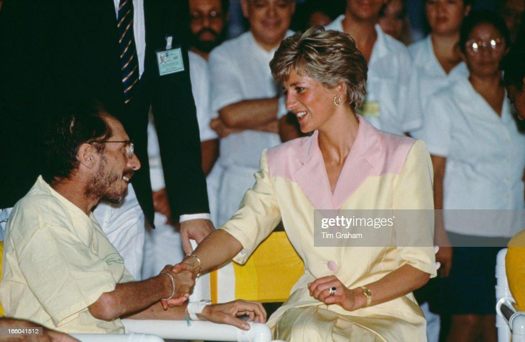 Diana Visits AIDS Patients : ニュース写真