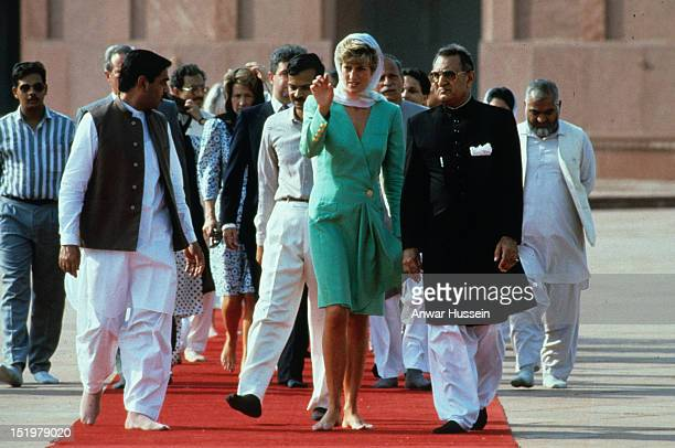 Diana Princess of Wales walks with bare feet and covers her head with a headscarf during a visit to the Badshahi Mosque on September 25 1991 in...