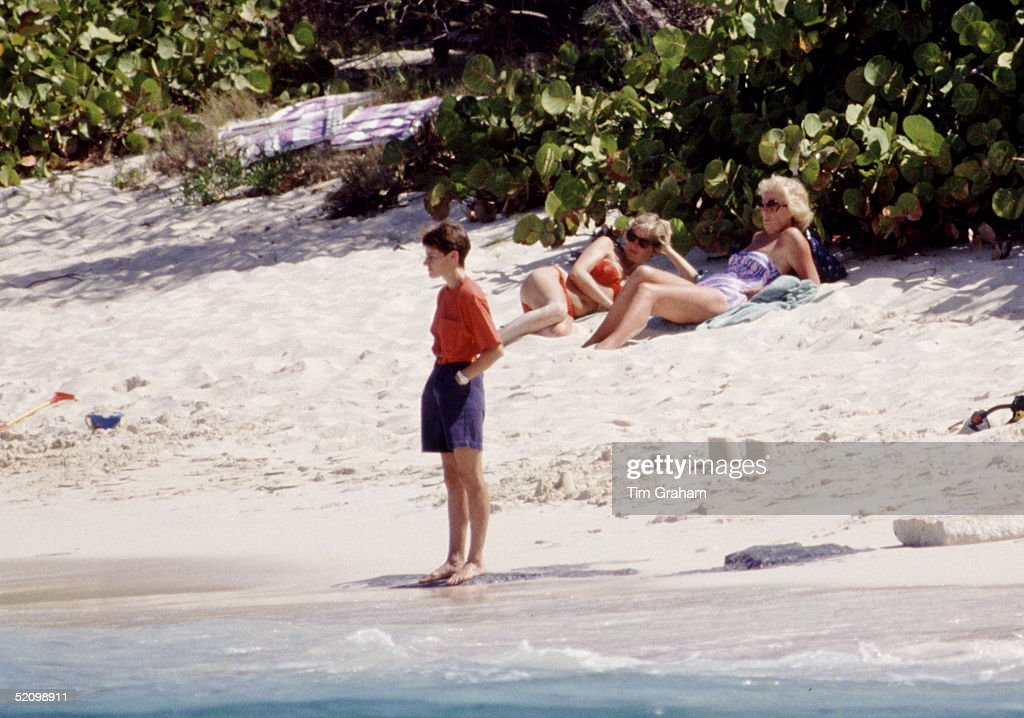 Diana And Mother On Beach : News Photo