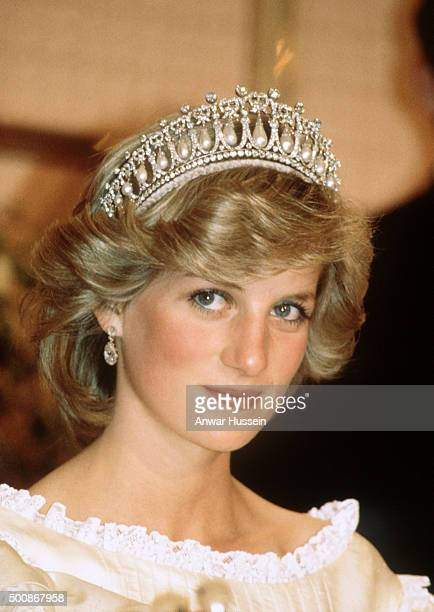 Diana, Princess of Wales wears the Cambridge Lover's Knot tiara and diamond earrings during a banquet on April 29, 1983 in Aukland, New Zealand....