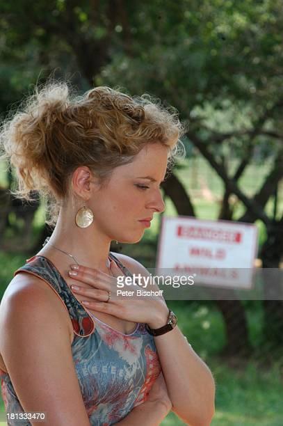 Diana Staehly Dreharbeiten zum ZDFAbschiedsSpecial Forsthaus Falkenau in Afrika Folge Entscheidung in der Savanne 13 14 17 Staffel afrikanisches Dorf...