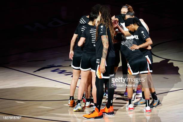 Diana Taurasi of the Phoenix Mercury leans into the huddle with teammates Brittney Griner, Sophie Cunningham, Skylar Diggins-Smith and Kia Nurse...