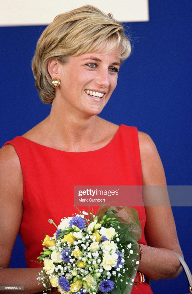Princess Diana Visits The Northwick Park Children'S Centre : News Photo