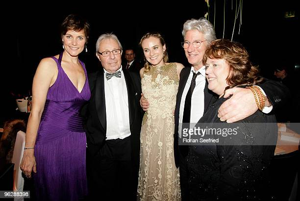 Diane Krueger and her mother MariaTheresia and partner Wolfgang Bieneck pose with Richard Gere and his wife Carey Lowell during the Goldene Kamera...