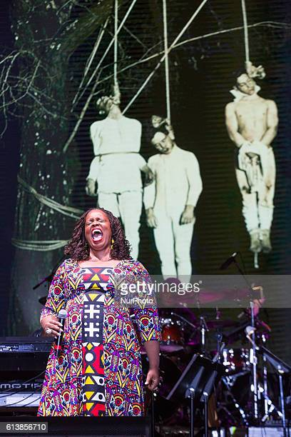 Dianne Reeves a Grammywinning jazz singer sings quotStrange Fruitquot as photos of lynchings flash on the video screen behind her at Harry...