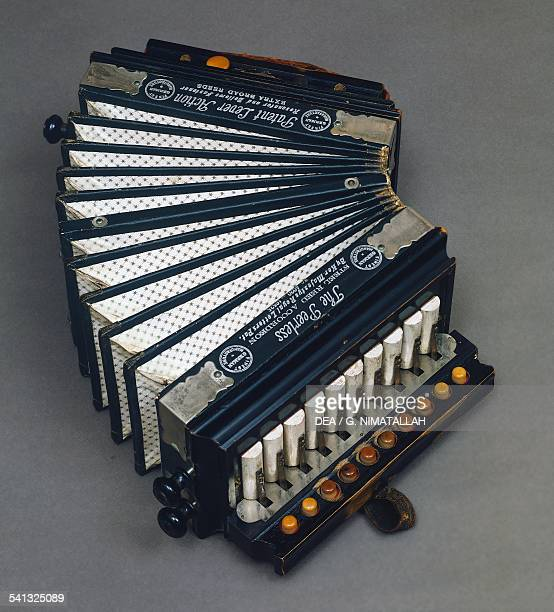 Diatonic button accordion with 10 buttons and 2 basses made by The Peerless German Manufacture 19th century