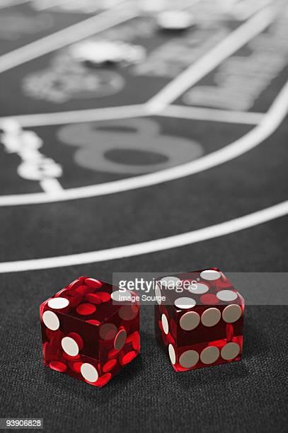 dice on a craps table - dobbelsteen stockfoto's en -beelden