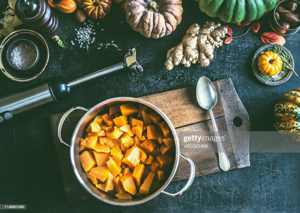 Diced ​​Pumpkin in cooking pot, top view : Stock-Foto