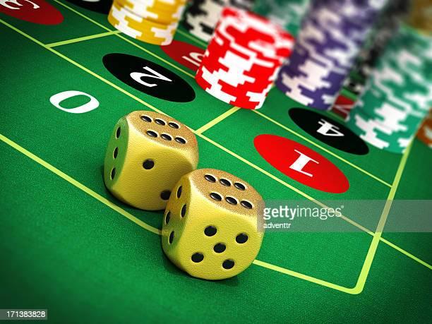 dices and poker chips on green felt - dobbelsteen stockfoto's en -beelden