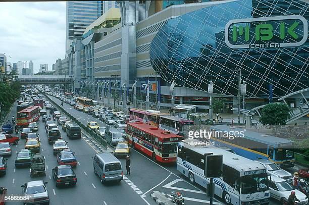 Dichter Verkehr auf der Ratchadamri Road; rechts das MBK Shopping Center- August 2000