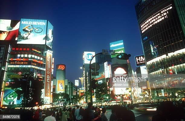 Dichtes Treiben im Stadtteil Shibuya am Abend April 2001
