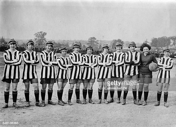 Dick, Kerr Ladies F.C,the ground-breaking womens football club, pose for a photograph during their 1922 North American tour. [Eingeschränkte Rechte...