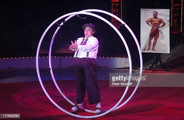 Dicker Akrobat mit Rhönrad ZirkusVorstellung vom Circus Roncalli Bürgerweide Bremen Deutschland Europa Manage Sportakrobatik muskulös dick Artist