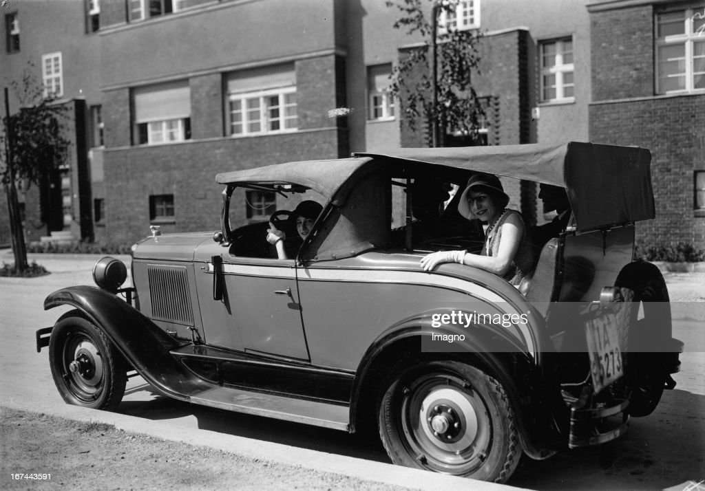 A dickey top for cars. About 1935. Photograph. (Photo by Imagno/Getty Images) Notsitzverdeck für ein Automobil. Um 1935. Photographie. .