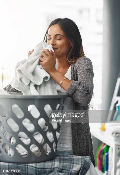 ich habe meine arbeit ordentlich gemacht, die wäsche riecht toll - waschen stock-fotos und bilder