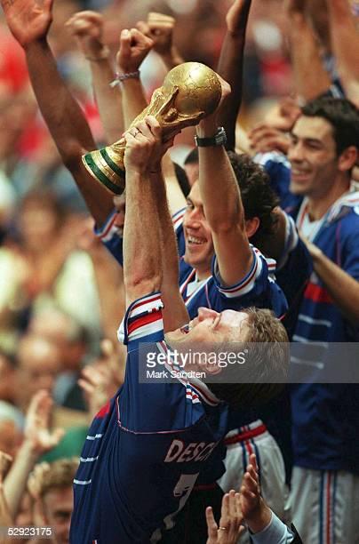 3 FRANKREICH FUSSBALLWELTMEISTER 1998 WM CUP JUBEL FRA Didier DESCHAMPS mit WM POKAL dahinter Laurent BLANC