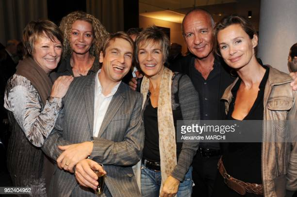 Didier Gustin entoure de Veronique Jeannot AnneSophie Lelouch et son mari Alice Dona et sa fille Raphaelle Ricci