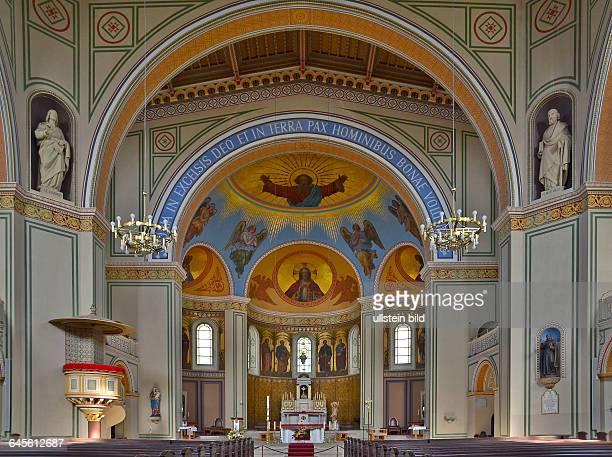Die 1867 bis 1870 erbaute katholische PeterPaulsKirche mit ihrem 60m hohen Turm vereinigt in ihrer inneren Gestaltung byzantinische fruehchristliche...
