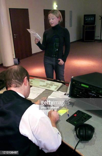 """Die 20-jährige Birgit Molocher aus Landshut spricht am 27.1.2000 beim sogenannten Casting für Bayerns erstes Jugendradio """"Radio Galaxy"""" im..."""