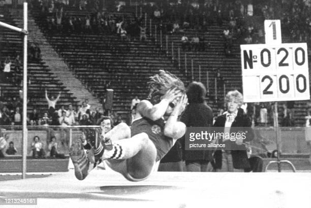 Die 25jährige Studentin Rosemarie Ackermann aus Cottbus stellt beim Berliner StadionSportfest ISTAF am 26 August 1977 einen neuen...