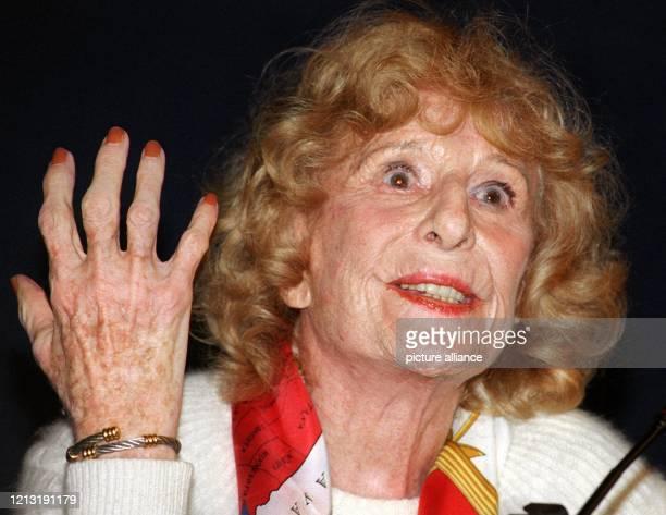 Die 96jährige Regisseurin Leni Riefenstahl äußert sich am 621999 auf einer Pressekonferenz in Potsdam zu der Ausstellung über ihr Lebenswerk die...