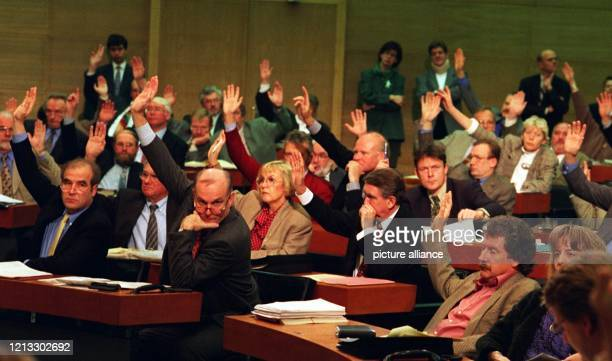 Die Abgeordneten des niedersächsischen Landtages heben ihre Hand zum Zeichen der Zustimmung zur Wahlrechtsänderung bei der Kommunalwahl. Auf Antrag...