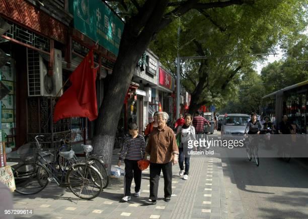 Die Altstadtgebiete im Zentrum von Peking sind für die Einheimischen und die Gäste beliebte Ziele für Spaziergänge In den vielen Hutong leben...