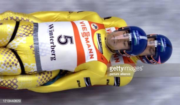 Die Amerikaner Mark Grimette und Brian Martin fahren beim RodelWeltcup am im sauerländischen Winterberg durch den Eiskanal Sie gewinnen das Rennen...