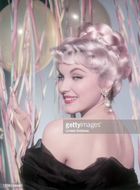 Die amerikanische Schauspielerin Debra Paget Studioaufnahme mit Perücke 1959 USAmerican actress Debra Paget wearing a wig Studio Still 1959
