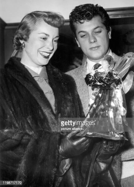 Die amerikanische Schauspielerin Janet Leigh bewundert mit ihrem Ehemann Tony Curtis am 13. Dezember 1951 in München einen Weihnachtsengel. In dem...