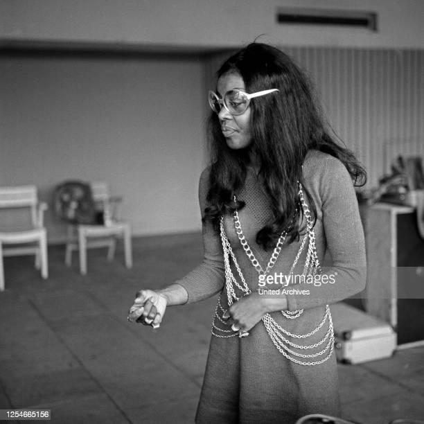 Die amerikanische Schauspielerin und Sängerin Beauty Milton bei der Gesangsprobe, Deutschland 1960er Jahre.