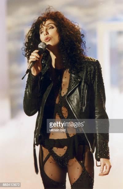 Die amerikanische Sängerin Cher bei einem Auftritt in Strapsen und Lederjacke Undatiertes Bild