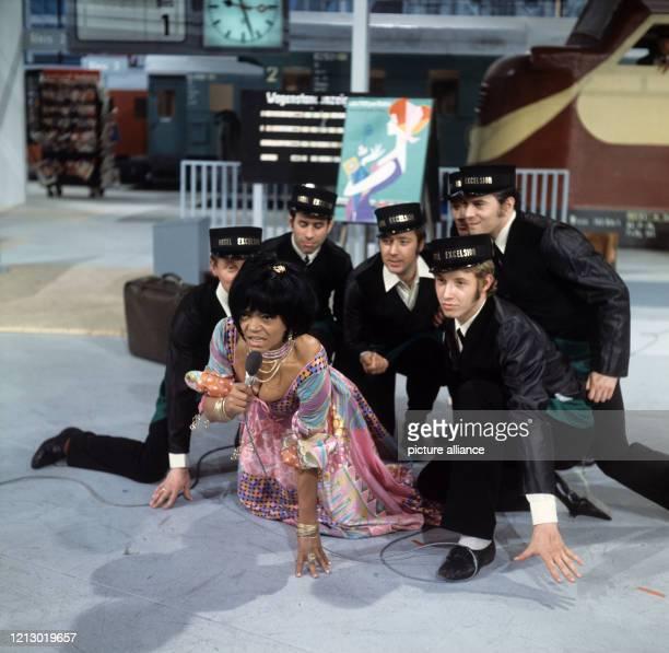 Die amerikanische Sängerin, Tänzerin und Schauspielerin Eartha Kitt mit männlichen Tänzern, aufgenommen anlässlich eines Auftritts in der...