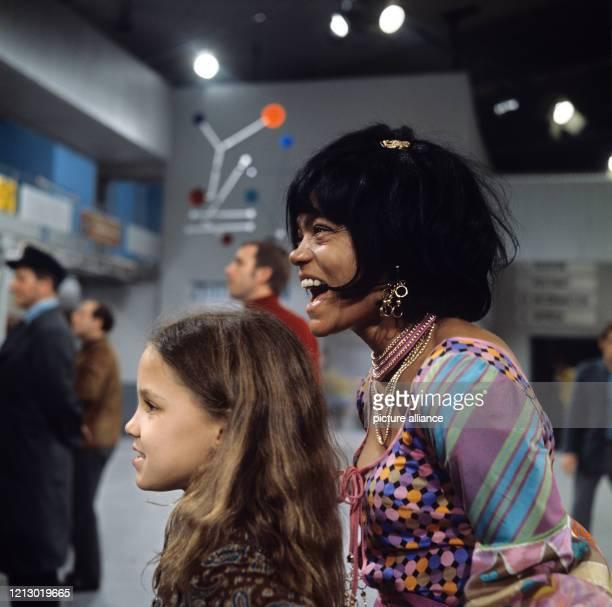 Die amerikanische Sängerin Tänzerin und Schauspielerin Eartha Kitt lacht fröhlich mit ihrer Tochter Kitt Shapiro McDonald aufgenommen am Rande der...