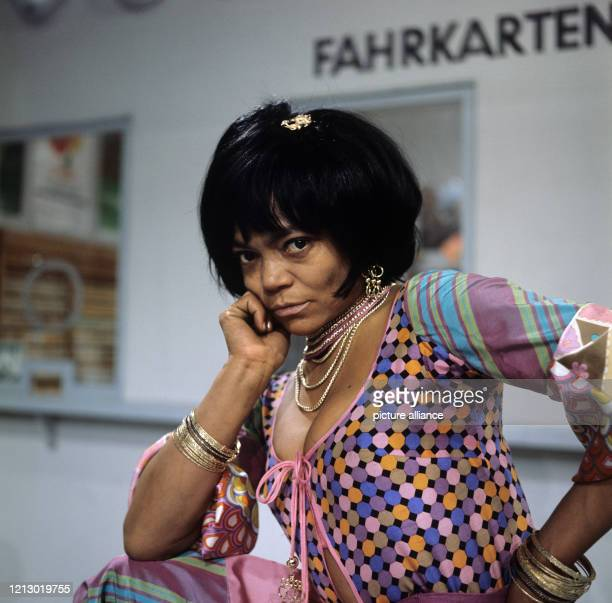 """Die amerikanische Sängerin, Tänzerin und Schauspielerin Eartha Kitt, aufgenommen anlässlich eines Auftritts in der ZDF-Quiz-Show """"Vergissmeinnicht""""..."""