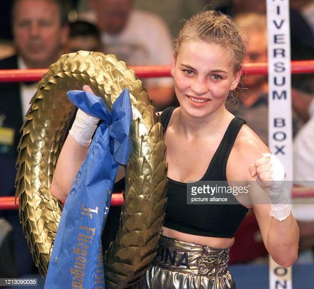 Die amtierende Weltmeisterin im Profi Boxen im Junior-Fliegengewicht der Frauen, Regina Halmich aus Deutschland, freut sich am in der Alten Reithalle...