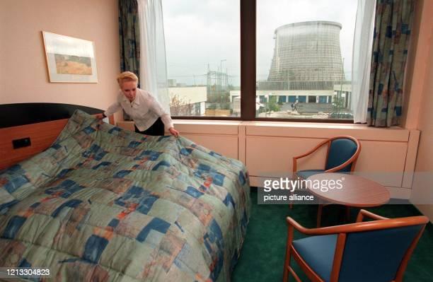 Die Angestellte Sylvia Gort macht am noch schnell die letzten Betten bevor am 2210 nahe des niederrheinischen Kalkar das einzige deutsche Hotel in...