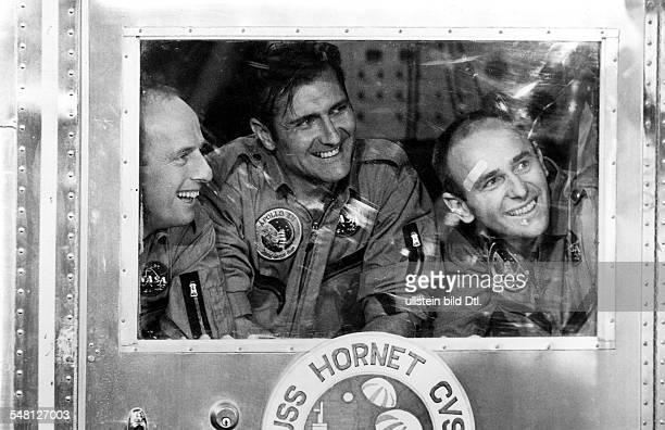 Die Astronauten von Apollo 12 nach der Rückkehr vom Mond in der QuarantäneKapsel auf der USS Hornet vlnr Charles Conrad Richard F Gordon Alan L Bean