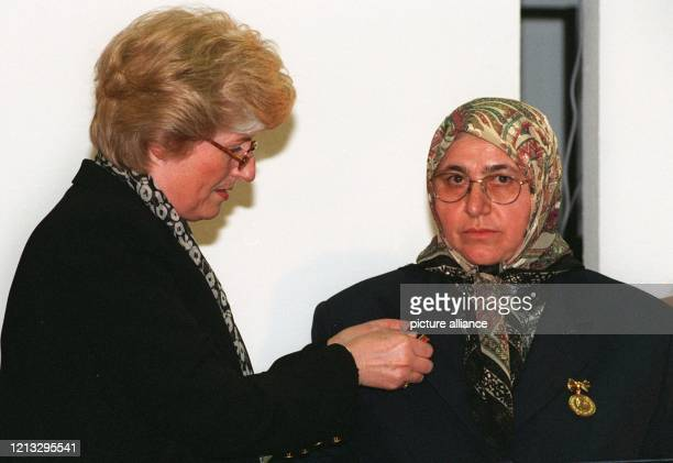 Die Ausländerbeauftragte der Bundesregierung Cornelia SchmalzJacobsen überreicht am 2721996 in Bonn der 53 Jahre alten Türkin Mevlüde Genc eine der...