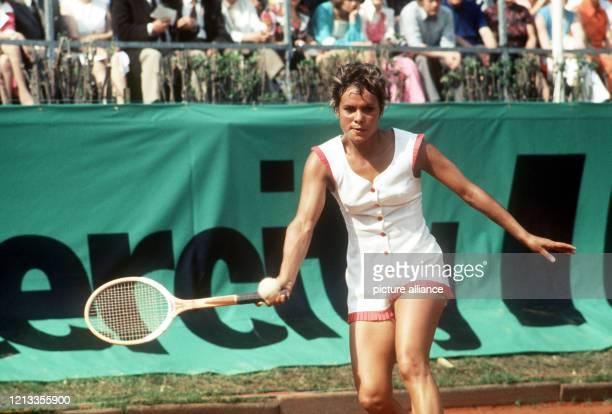 Die australische Tennisspielerin Evonne Goolagong in Aktion bei einem Turnier im Mai 1973 in Bad Homburg Die Australierin später verheiratet mit dem...