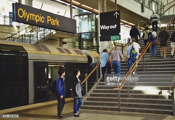 Die Bahnhofsstation des OlympiaGeländes Homebush Bay 'Olympic Park' direkt am Olympiastadion Menschen verlassen den eingefahrenen Zug und steigen dem...