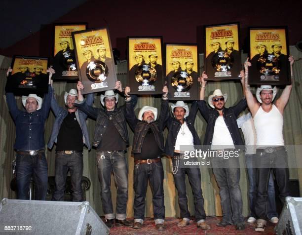 Die Band The Bosshoss bekommt eine Platinplatte und zwei Goldene Platten für diverse Albumverkäufe im Roadrunner's Paradise verliehen