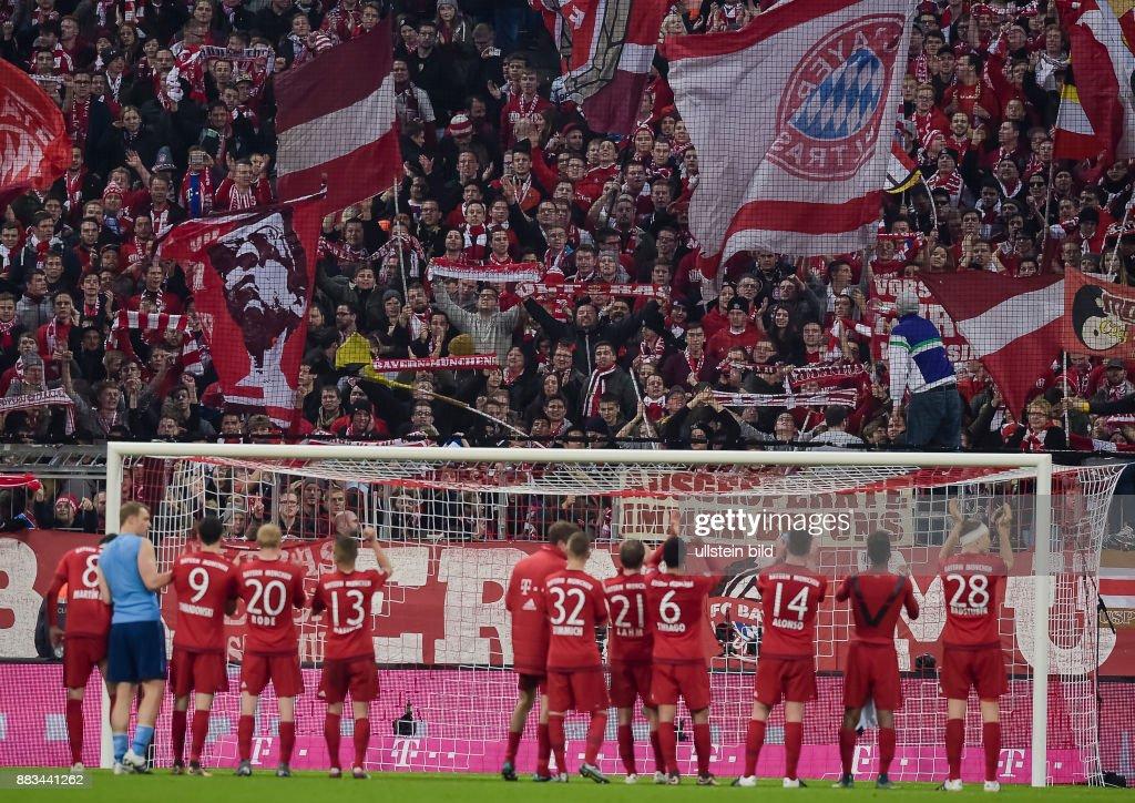 Die Bayern Fankurve Jubelt Den Spielern Zu Waehrend Dem