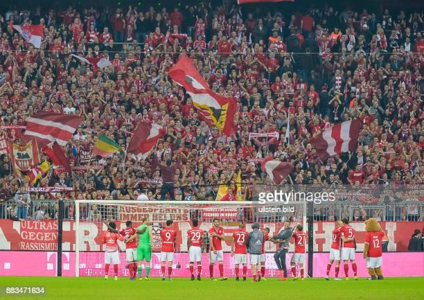 Die Bayernspieler Feiern Mit Der Fankurve Waehrend Dem