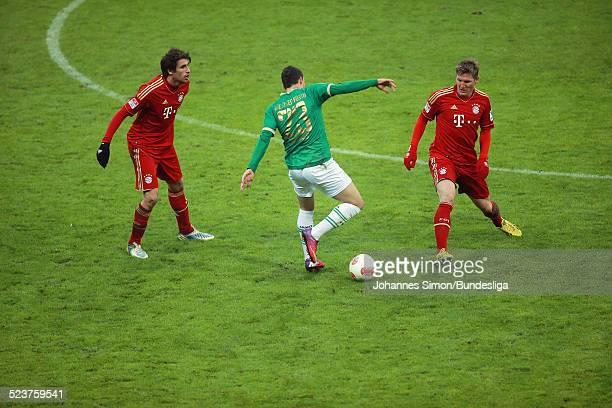 Die BayernSpieler Javier Martinez und Bastian Schweinsteiger der Fuerther Sercan Sararer kaempfen um den Ball beim Bundesligaspiel FC Bayern Muenchen...
