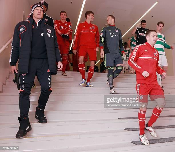 Die BayernSpieler Philipp Lahm und Mario Gomez und Teamkameraden kommen ins Spielertunnel vor dem Bundesligaspiel FC Bayern Muenchen gegen die SpVgg...