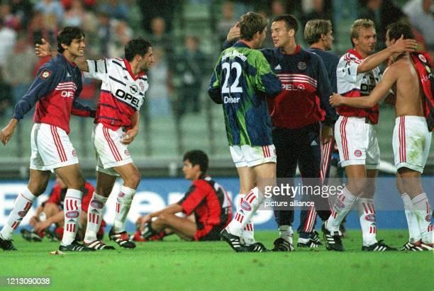Die Bayern-Spieler : Roque Santa Cruz, Hasan Salihamidzic, Michael Tarnat, Patrik Andersson, Alexander Zickler, Thorsten Fink und Mehmet Scholl...