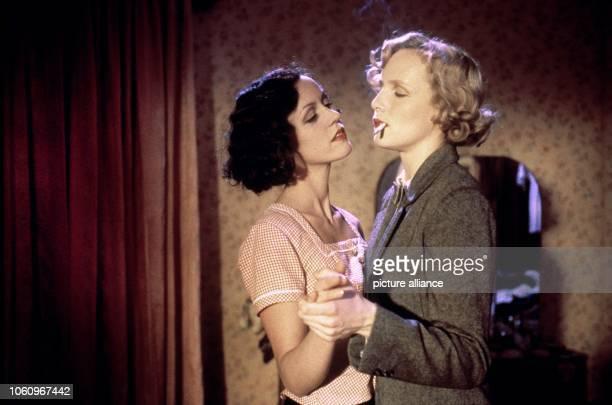 Die beiden deutschen Schauspielerinnen Maria Schrader und Juliane Köhler in einer Szene des neuen Kinofilms Aimee und Jaguar der am 1821999 in die...