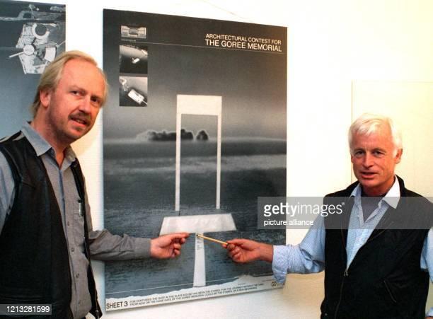 Die beiden Göttinger Architekten Jochen Brandi und Herbert Krause präsentieren am 19.9.1997 in ihrem Büro den Entwurf zu einem Monument zur...